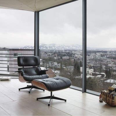 Eames Lounge Chair vor Glasfront