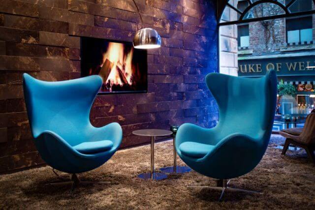 Egg Chairs im Motel One