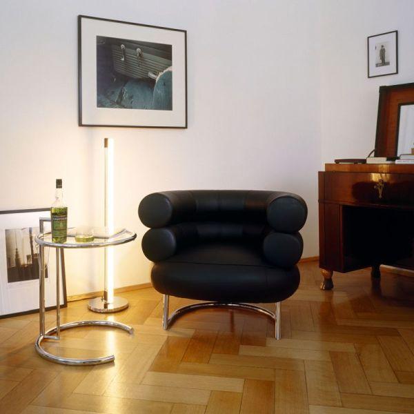 Loungesessel mit Beistelltisch im Wohnzimmer