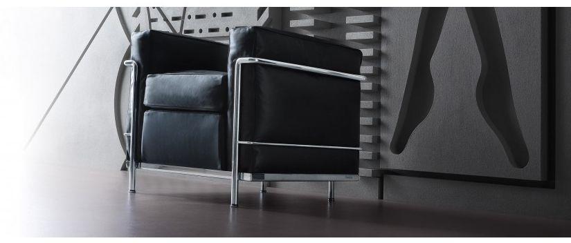Le Corbusier Sessel LC2 vor einer Wand