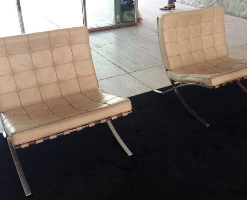 Zwei Barcelona Chairs im Barcelona Pavillon