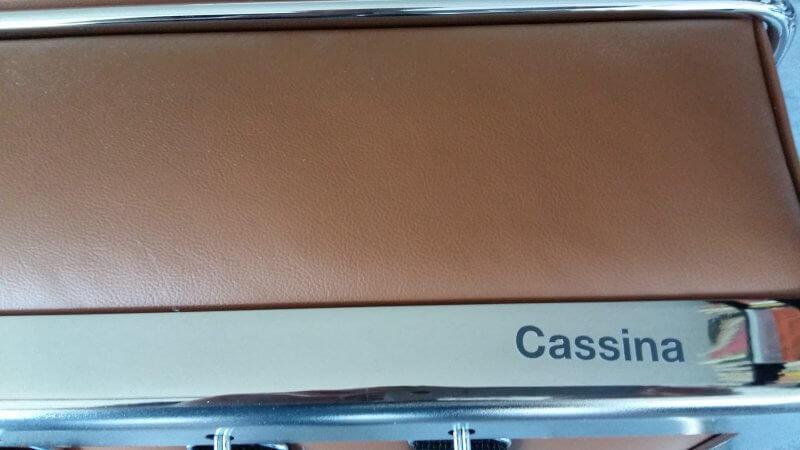 Cassina Schriftzug auf Le Corbusier Sessel