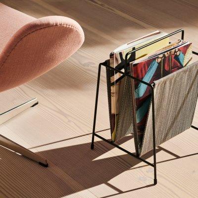 Zeitungsständer neben Designer Sessel