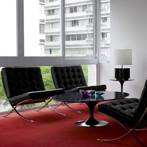 Drei schwarze Barcelona Charis mit Tisch auf rotem Teppich