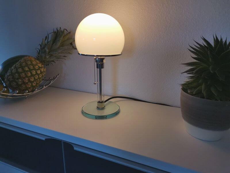 Wagenfeld Lampe auf Kommode