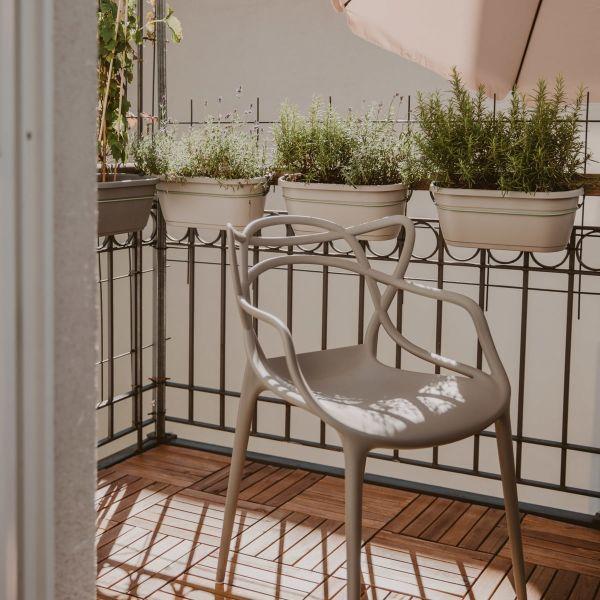 grauer Kartsell Masters Stuhl auf Balkon